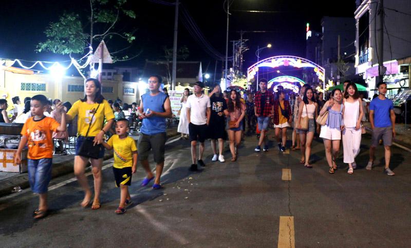Rất đông du khách trải nghiệm, tham quan tuyến phố đi bộ ngày khai trương.