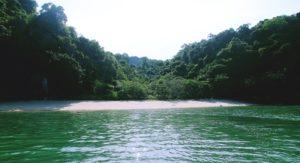 Những bãi cát hoang sơ trong Vườn quốc gia Bái Tử Long là tiềm năng lớn để khai thác du lịch sinh thái nghỉ dưỡng biển.