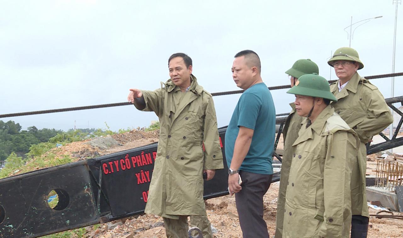 Đ/c Đặng Huy Hậu, Phó Chủ tịch thường trực UBND tỉnh kiểm tra dự án có nguy cơ sạt lở.