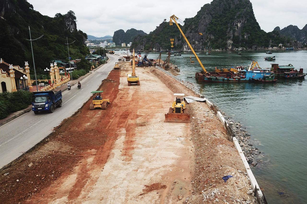 Hạng mụccạp mở rộngđường nối đang được nhà thầu khẩn trương đắp đất, lu lèn, thảm bê tông nhựa vào cuối tháng 7/2019.