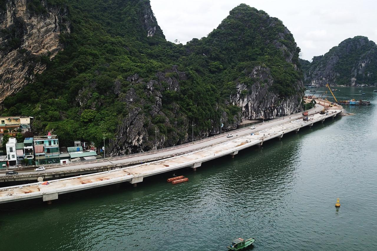 Cầu cạp mở rộng tại vị trí đầu tuyến đã hoàn thành thi công phần thô.