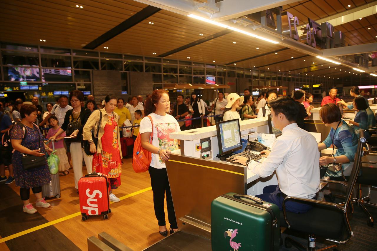 Hành khách làm thủ tục tại Cảng hàng không quốc tế Vân Đồn để đi chuyến bay ngược lại Vân Đồn - Hồ Nam vào lúc 3h.