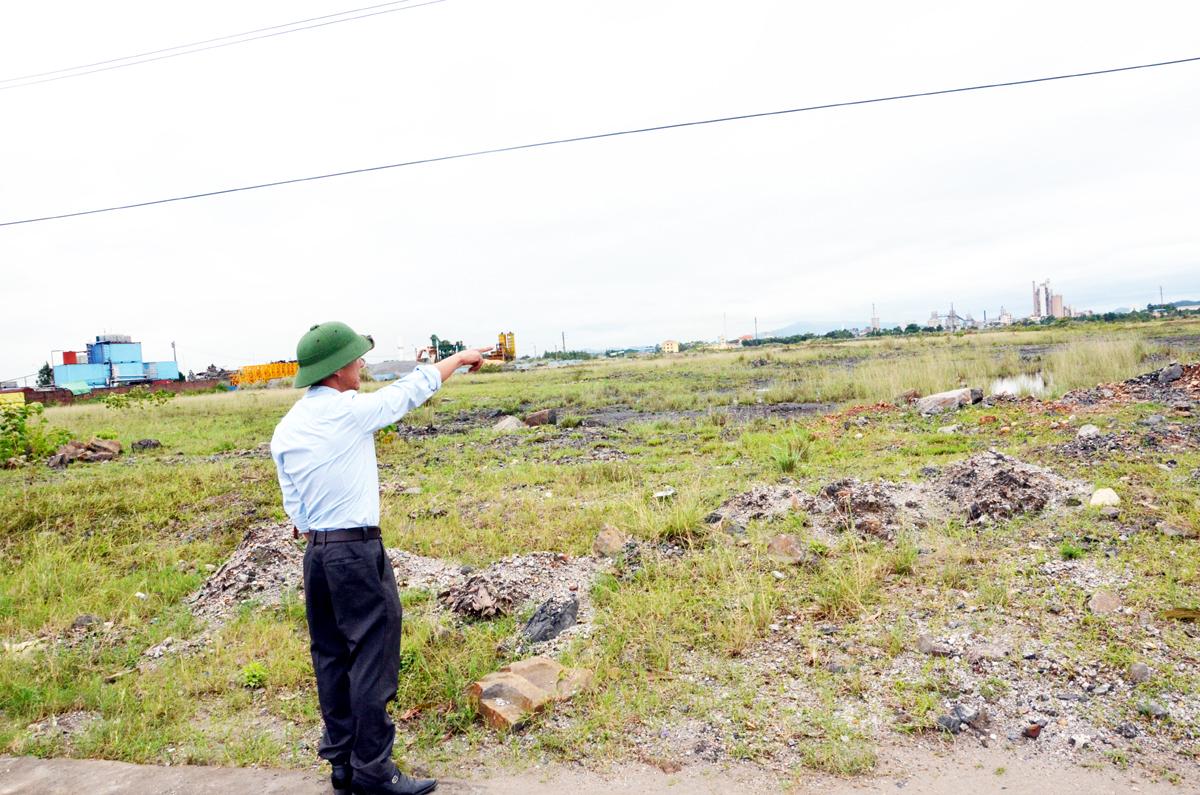 Diện tích đất dự án khu dân cư đô thị mới Bắc cầu Bang hiện vẫn chỉ là bãi đất hoang. (Ảnh: Ngô Dịu)