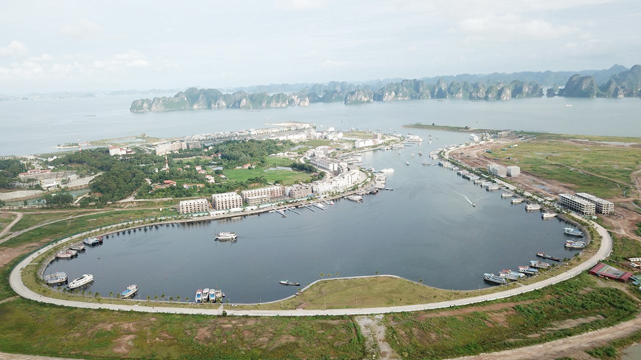 Cảng tàu khách quốc tế Tuần Châu thường xuyên có 500 tàu du lịch hoạt động đưa khách thăm vịnh Hạ Long.