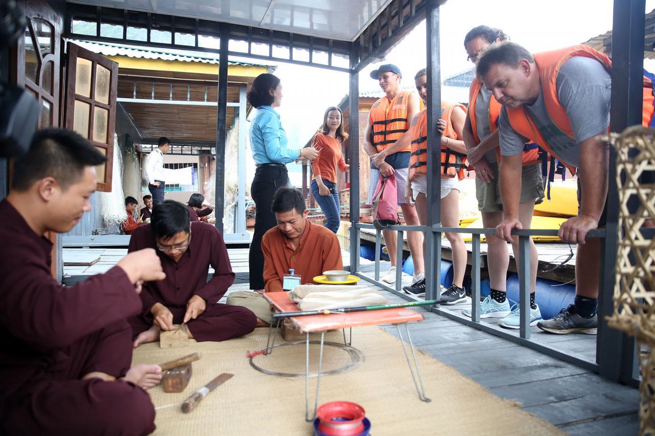 Những công việc truyền thống như đan lưới, làm móc câu, hay đan những công cụ đánh bắt cá,..., thu hút du khách nước ngoài.