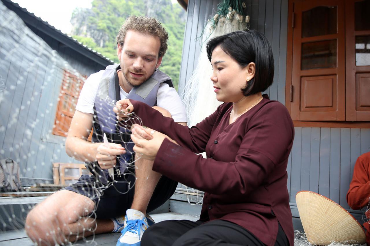Du khách được tận tay tự làm những công việc này dưới sự hướng dẫn của các thôn nữ.