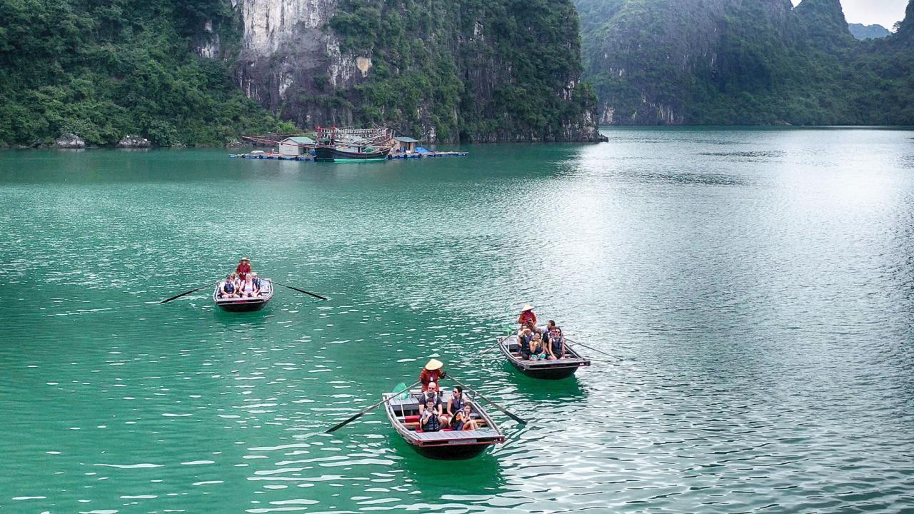 Các dịch vụ như đi thuyền thăm quan làng chài,