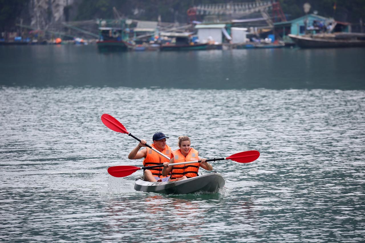 hay chèo kayak thưởng ngoạn phong cảnh nới đây là những trải nghiệm thú vị dành cho du khách.