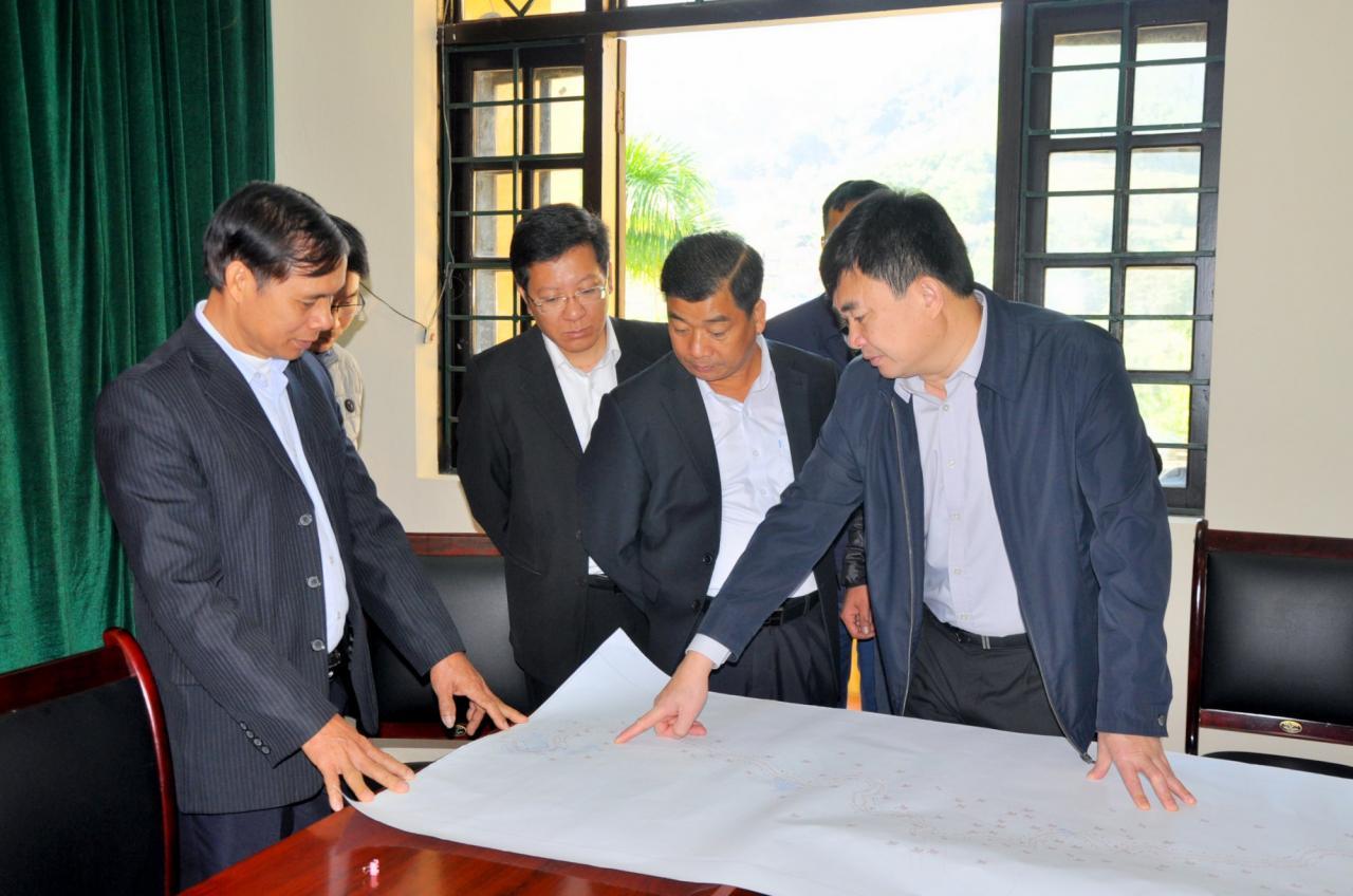 Phó Bí thư Thường trực Tỉnh ủy Ngô Hoàng Ngân nghe báo cáo nhanh của huyện Tiên Yên về tuyến đường nối trung tâm 2 xã Đại Dực, Đại Thành đang được huyện lập hồ sơ đưa vào danh sách đầu tư xây dựng cơ bản năm 2020.