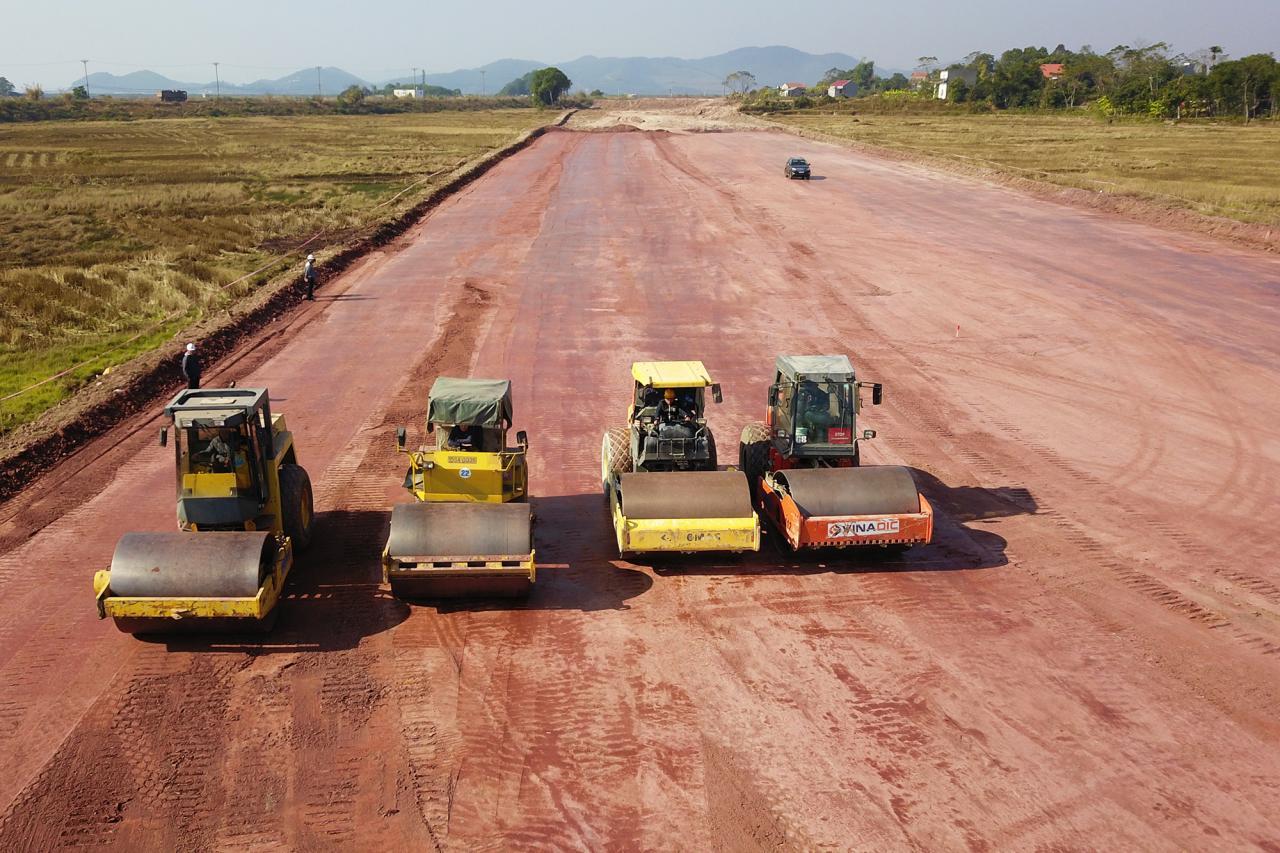 Thi công nền đường K95 cao tốc Vân Đồn - Móng Cái đoạn qua địa bàn huyện Tiên Yên. Ảnh chụp tháng 12/2019.