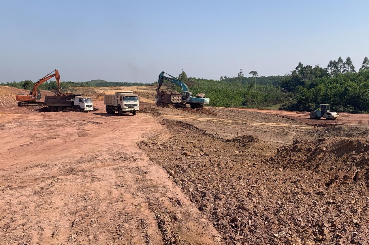Thi công nền đường cao tốc Vân Đồn - Móng Cái đoạn qua địa bàn huyện Hải Hà. Ảnh chụp tháng 12/2019.