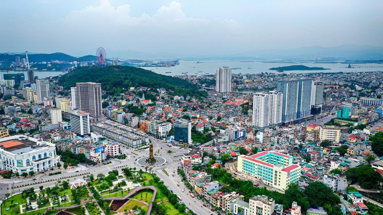 Nằm bên bờ Cửa Lục, TP Hạ Long đang chuyển mình trở thành đô thị hiện đại, sầm uất.