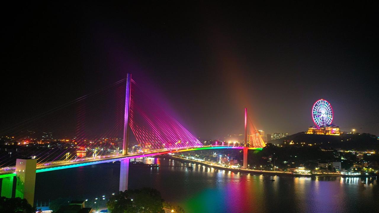 Cầu Bãi Cháy nối hai bờ sông Cửa Lục là một trong những cây cầu dây văng đẹp nhất cả nước