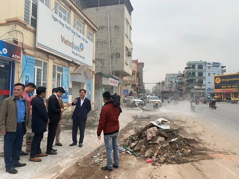 Ông Bùi Văn Khắng - Phó Chủ tịch UBND tỉnh Quảng Ninh thực tế công trình và khẳng định đây là con đường giao thông quan trọng, thành phố Hạ Long cần đẩy nhanh tiến độ thi công.