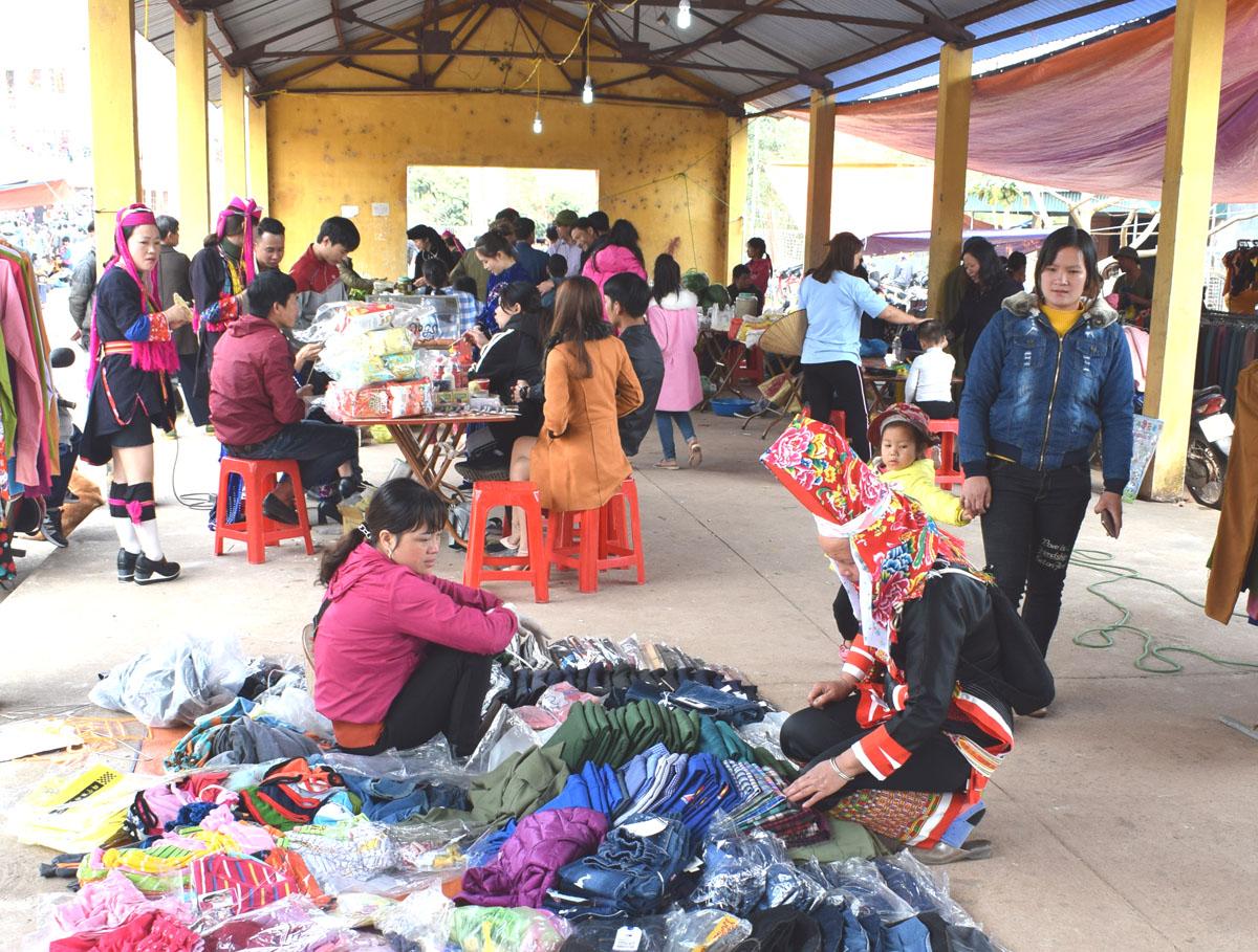 Chợ phiên Hà Lâu