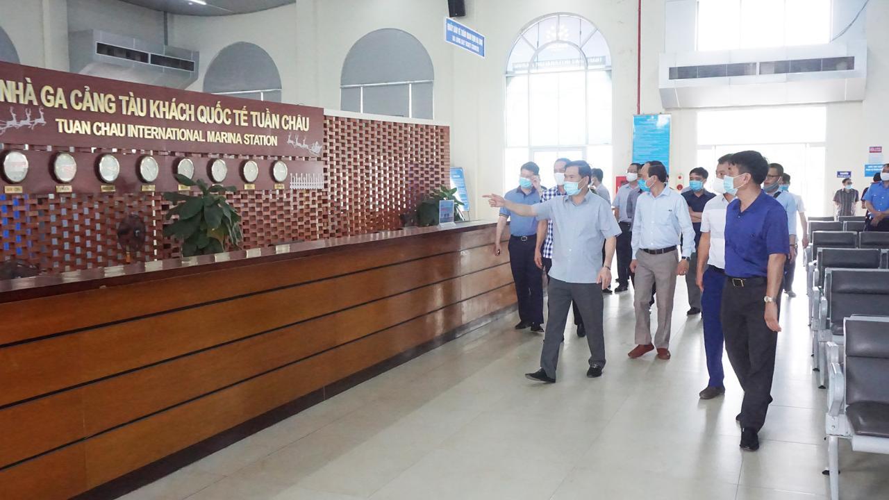 Đồng chí Bùi Văng Khắng, Phó Chủ tịch UBND tỉnh kiểm tra công tác chuẩn bị đón khách tại Cảng tàu khách Quốc tế Tuần Châu.