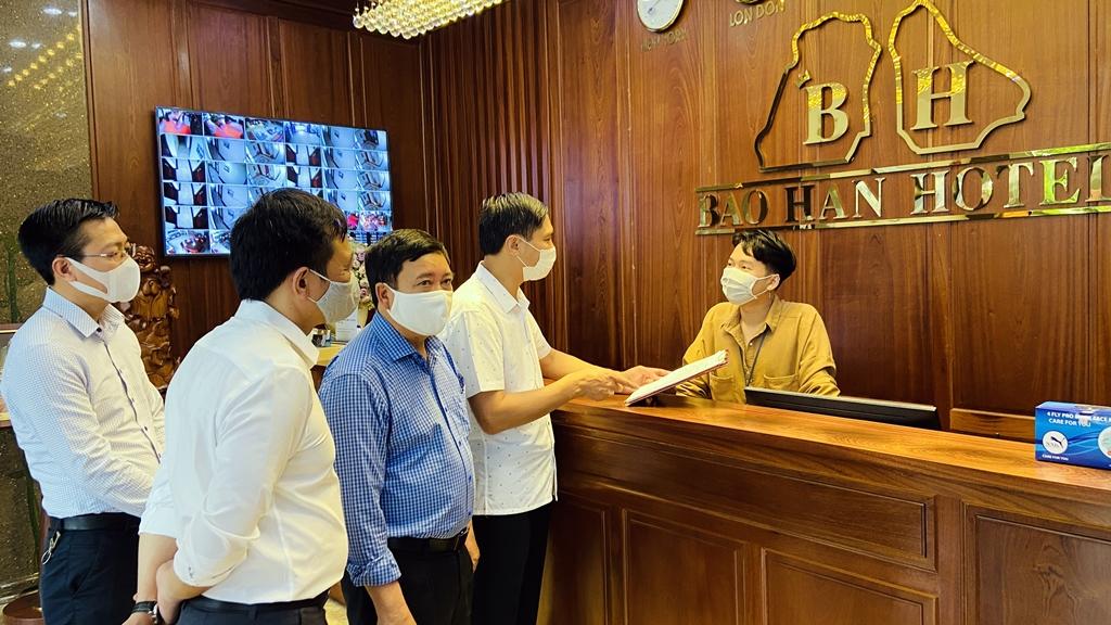 Đồng chí Vũ Văn Diện, Bí thư Thành uỷ TP Hạ Long, kiểm tra công tác đón khách và phòng chống dịch Covid-19 của khách sạn Bảo Hân (khu 9, phường Bãi Cháy).