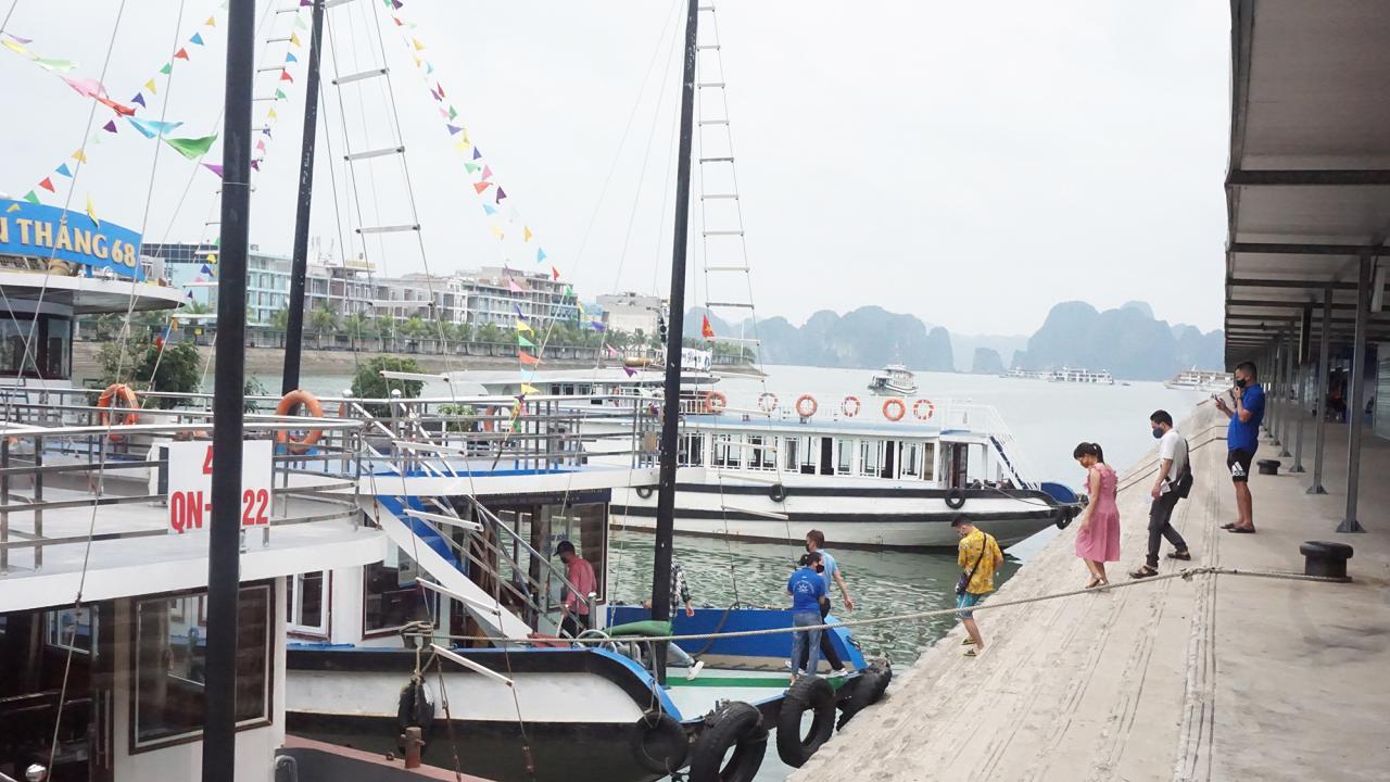 Du khách xuống tàu tham quan Vịnh Hạ Long.