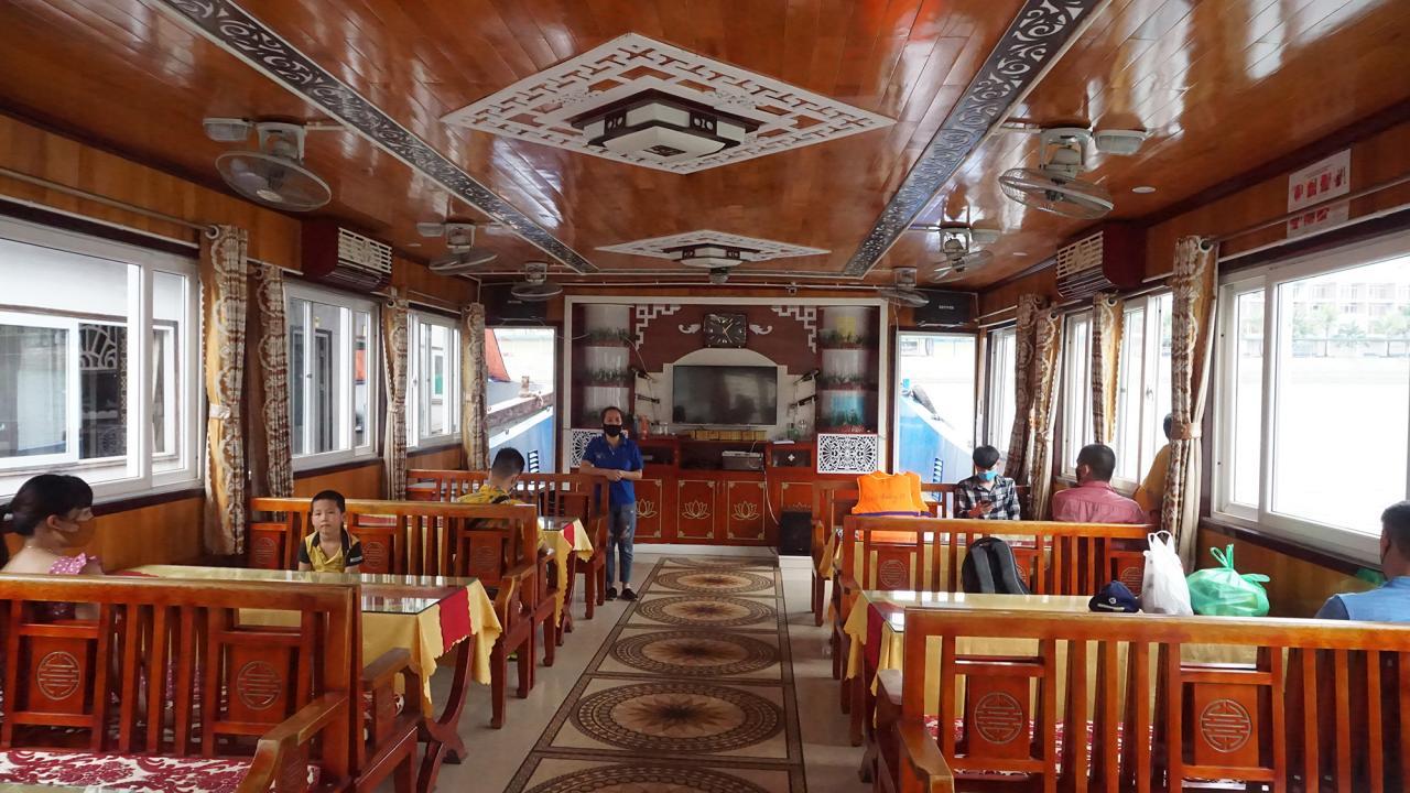 Mỗi tàu chở khách tham quan chỉ được trở 50% trọng tải khách và phải thực hiện nghiêm các biện pháp giữ khoảng cách cho du khách.