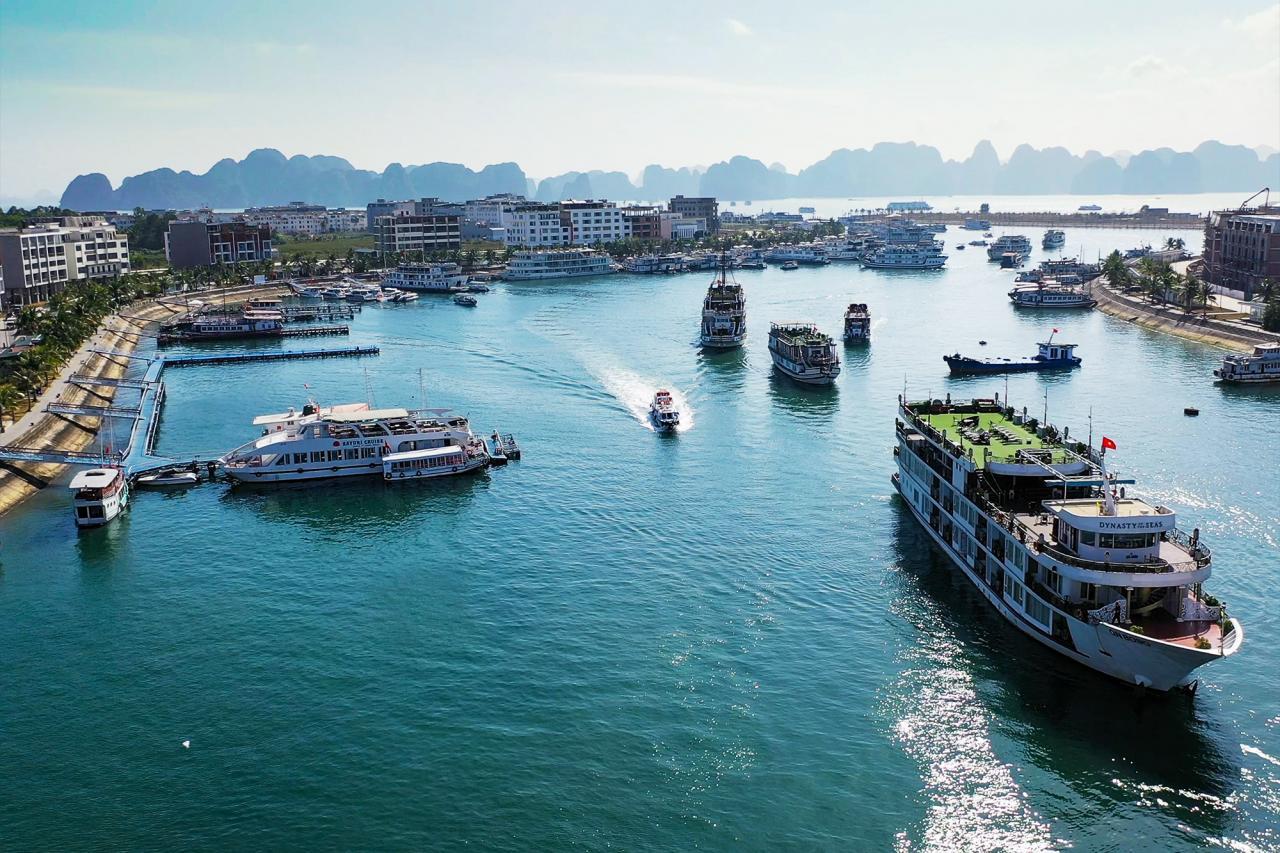 12h ngày 1/5 hoạt động thăm quan Vịnh Hạ Long - điểm đến hấp dẫn nhất của Quảng Ninh đã bắt đầu mở cửa đón khách. Tuy giai đoạn đầu mở cửa trở lại, lượng khách du lịch chưa đông, nhưng là tin hiệu phục hồi quan trọng của du lịch Quảng Ninh.