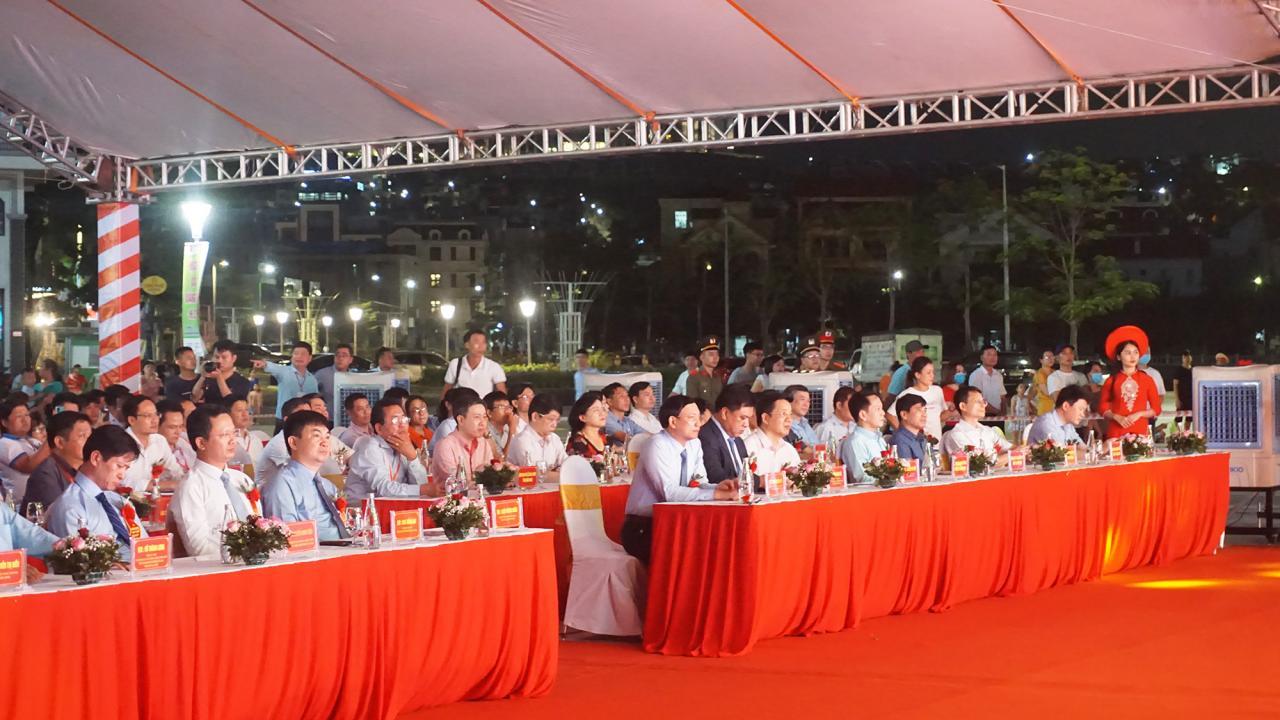 Đại biểu đến dự lễ khai mạc Hội chợ