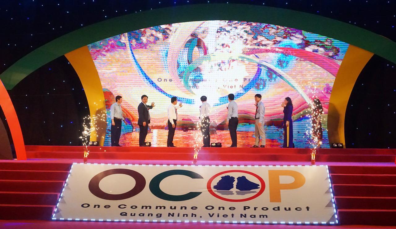 Các đại biểu thực hiện nghi lễ khai mạc Hội chợ OCOP Quảng Ninh - Hè 2020.