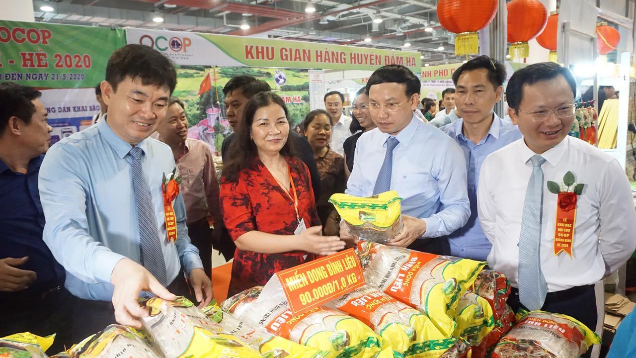 Các đồng chí lãnh đạo tỉnh đi thăm quan các gian hàng OCOP tại hội chợ.