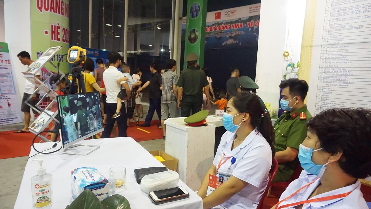 Công tác kiểm tra y tế được thực hiện nghiêm ngặt và xuyên suốt trong quá trình diễn rã hội chợ OCOP Quảng Ninh - Hè 2020.