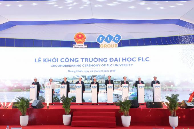 Các đại biểu nhấn nút khởi công Trường Đại học FLC tại phường Hà Lầm, Hà Trung (TP Hạ Long), ngày 25/8/2019